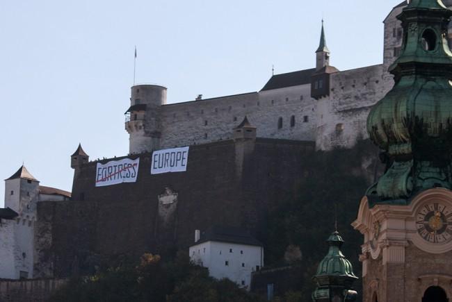 Transparente auf der Festung. Aufschrift: Fortress (durchgestrichen) Europe