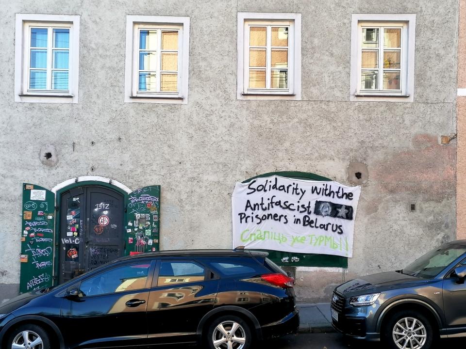 """Transparent an einem Gebäude mit der Aufschrift """"Solidarity with the Antifascist Prisoners in Belarus"""""""