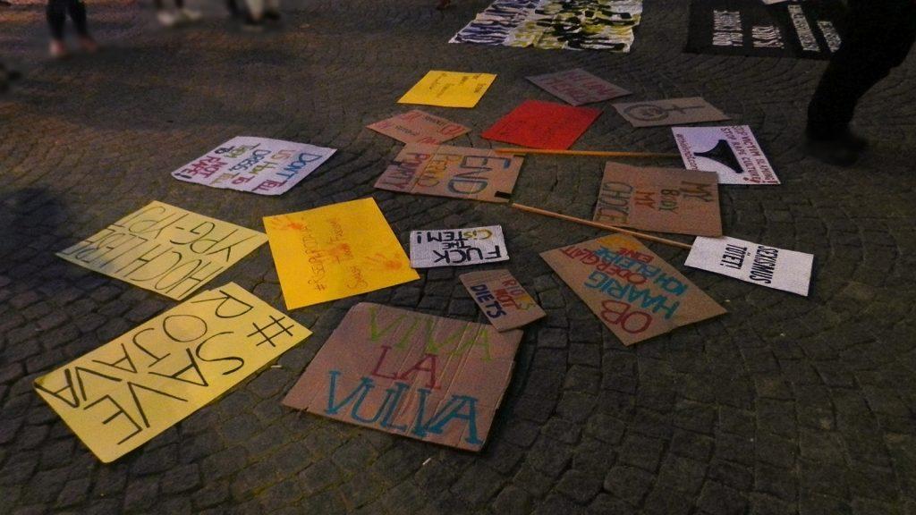 """Foto vieler verschiedener Demo-Schilder – unter anderem mit folgenden Aufschriften: """"Save Rojava"""", """"Sexismus tötet!"""", """"Ob haarig oder glatt, ich bleibe eine Slut"""", """"Viva la Vulva"""", """"Hoch lebe YPG-YPJ"""", """"Fuck the cistem"""", """"Riots not diets"""", """"Don't tell us how to dress, tell them not to rape!"""""""